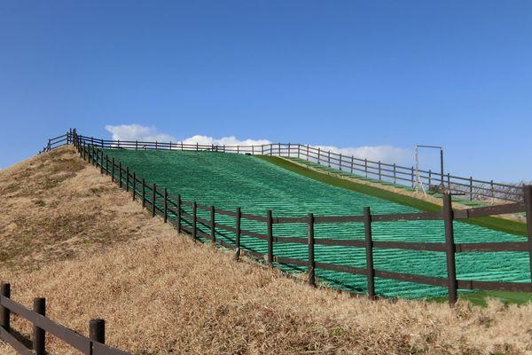 ソレイユの丘180205芝そりゲレンデ